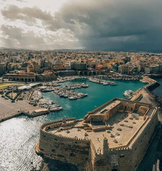 Ηράκλειο Κρήτης: Μια Δαιδαλώδης Μεγαλούπολη
